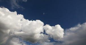 4k白色松的云彩大量飞行,天堂,西藏高原时间间隔在天空的 股票录像