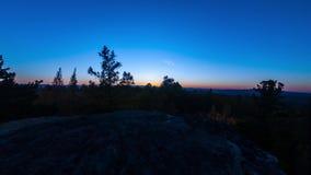 4K秋天时间行动timelapse 从峭壁的日落运动在森林上 股票视频