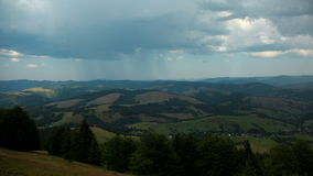 4K积雨云和雨Timelapse在山 没有鸟的录影 股票视频