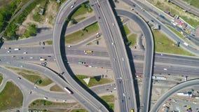 4K空中慢mo英尺长度 飞行在公路交叉点迅速移动与柜台顺时针转动 股票视频