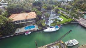 4k空中迈阿密佛罗里达郊区大道的寄生虫照相机建筑学全景视图豪华游泳池夏天别墅房子 股票视频
