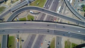 4K空中4K英尺长度 飞行在公路交叉点在城市 股票视频