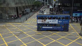 4K等待在有交通电车的繁忙的交叉点香港街道的人们 股票录像
