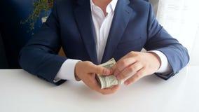 4k给贿款的人英尺长度被贿赂的政客在办公室 影视素材