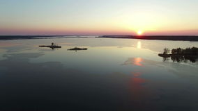 4K编辑录影 在大结冰的湖的飞行有桥梁的在早期的春天在日落,鸟瞰图 股票录像