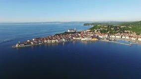 4K编辑录影 在老城市皮兰的飞行在日落的,空中全景斯洛文尼亚 股票视频