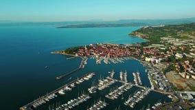4K编辑录影 在老镇Izola的飞行在斯洛文尼亚,与小游艇船坞的空中全景日落的 亚得里亚海的海岸海运 股票视频