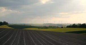 4K美丽的风车涡轮,风能现出轮廓在日落 影视素材