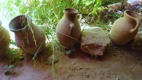4K老陶瓷巴巴里人样式水罐录影在摩洛哥 容器在绿草站立,并且一些是残破的 ?? 股票录像