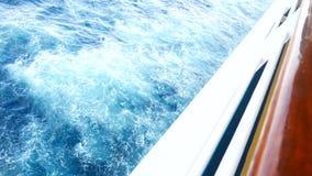 4K英尺长度圈 航行在风通过波浪 当海通过时,帆船在粗砺的蓝色海全速射击了 影视素材