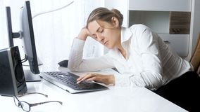 4k英尺长度年轻劳累过度女实业家睡着在办公室,当研究计算机时 影视素材