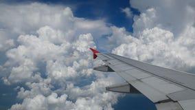 4K英尺长度飞机飞行 一次飞机飞行的翼在白色云彩和蓝天上的 从窗口的美好的鸟瞰图 股票视频