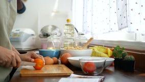 4k英尺长度 妇女` s手开放食谱书和切片蕃茄,成份为烹调做准备 影视素材