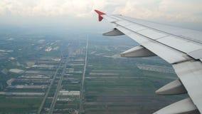 4k英尺长度 旅行航空 鸟瞰图通过在登陆的时间的一个飞机窗口 移动向底层的翼飞机 影视素材