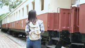 4k英尺长度 火车站的,对火车的步行愉快的亚裔旅游妇女和在台阶提高 旅行在亚洲乘葡萄酒火车 影视素材