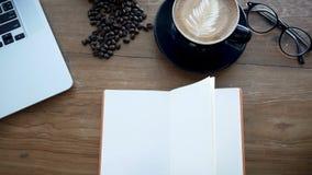 4K英尺长度cinemagraph 在木桌,从风的页轻碰上的空白的白皮书 预定在与笔记本,咖啡的工作区 影视素材