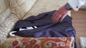 4k衣服紧固的按钮的时髦的人在准备他的夹克出去 影视素材