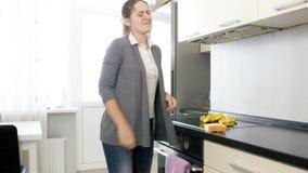 4k被用尽的和沮丧的少妇英尺长度哭泣和坐地板在做在厨房的家事以后 影视素材