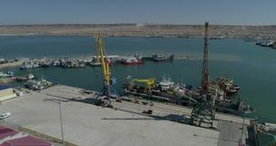 4K装载和卸载的容器录影航测起重机在商业船 股票视频