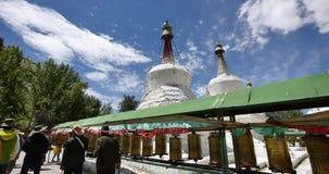 4k西藏人转动转动的佛教地藏车、Potala &白色stupa 影视素材