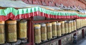 4k西藏妇女在Potala,拉萨转动佛教地藏车 股票视频
