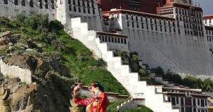 4k西藏新娘在拉萨,西藏做在potala前面的各种各样的位置 股票录像