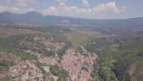 4k谷的平底锅天线有桥梁的在山上面,意大利拉伊诺卡斯泰洛 股票录像