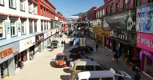 4k走在香格里拉街道,瓷的市场上的繁忙的人群 影视素材
