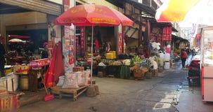 4k走在香格里拉街道,瓷的市场上的繁忙的常驻人群 股票视频