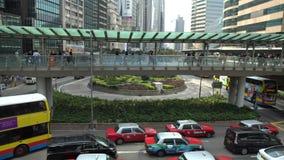 4K走暂停的人行桥交叉路交通街道的人们在香港 股票录像