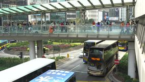 4K走暂停的人行桥交叉路交通街道的人们在香港 股票视频