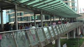 4K走暂停的人行桥交叉路的亚裔拥挤人民在香港 股票视频