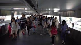 4K走暂停的人行桥交叉路的亚裔拥挤人民在香港 影视素材