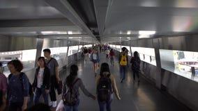 4K走暂停的人行桥交叉路的亚裔拥挤人民在香港 股票录像
