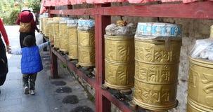 4k转动佛教地藏车,拉萨的西藏人轮 股票视频