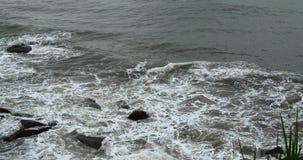 4k闪耀的海洋海水挥动surface&coastal岩石礁石海岸浪涌岸 影视素材