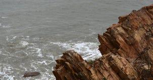 4k闪耀的海洋海水挥动surface&coastal岩石礁石海岸浪涌岸 股票视频