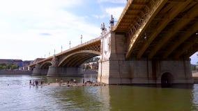 4K马尔吉特桥梁图从一条小船的在布达佩斯中部,匈牙利 股票视频