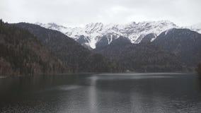 4k鸟瞰图庄严山湖Ritsa,阿布哈兹 股票视频
