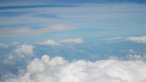 4k鸟瞰图 在松的蓬松白色的飞行覆盖蓝天 背景蓝色覆盖cloudscape天空 股票录像