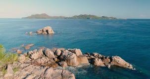 4K鸟瞰图;在海,绿松石海的寄生虫飞行表面 股票录像