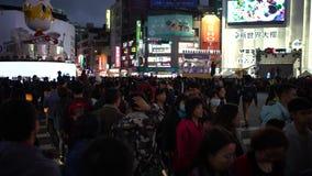 4K,亚裔拥挤街道的人群人民走的交叉路在台北市 股票视频