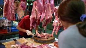 4K,使用刀子的摊位供营商为在木板的被切的片断未加工的肾脏猪肉 股票录像