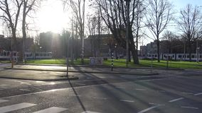 4k,有太阳光的电车在中心的街道在阿姆斯特丹,荷兰 影视素材