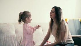 4k,画象:年轻母亲和甜婴孩使用 女儿给妈妈一个玩具药片 影视素材
