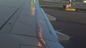 4K,移动检查和上飞机的翼飞机准备好离开 股票录像