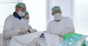 4K el equipo de especialistas médicos condujo cirugía laparoscopic almacen de metraje de vídeo