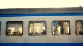 4k - 看在慢动作的火车窗口外面的好奇人民 股票录像