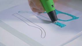 4K Équipez les mains faisant le produit avec l'encre en plastique utilisant le stylo moderne du dispositif 3D Fin vers le haut banque de vidéos