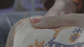 4k - Κεντημένος δάχτυλα σταυρός κοριτσιών απόθεμα βίντεο